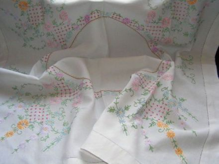 Vintage Hand Embroidered Tablecloth TC1 - Daisy & Daisy Chain